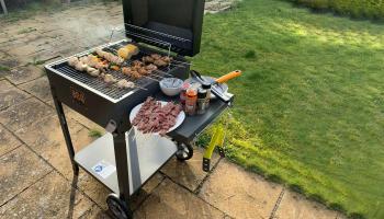 Houtskool barbecue met thermometer en zijtafel voor  €109,99 bij Groupon