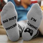 """Enkelsokken met de tekst """"Do Not Disturb I'm Gaming"""" voor €3,99 bij Groupon"""
